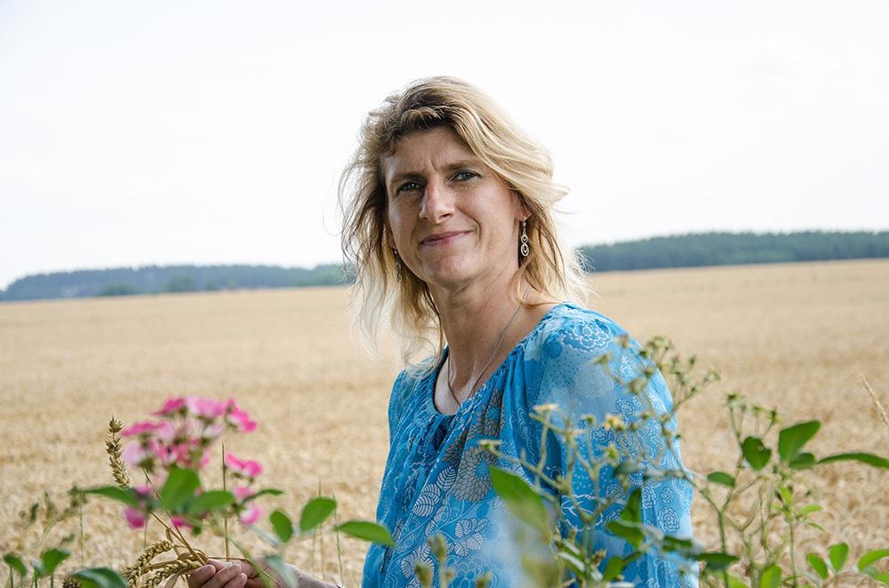 Martina Grill bei einem Feld